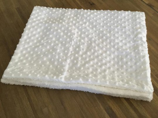 Couverture Microfibre polaire « Pearls Of Baby » – A pois en relief Blanche 75×100